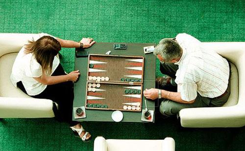 آیا بازی تخته نرد شانسی است؟ چگونه برنده این بازی باشیم؟